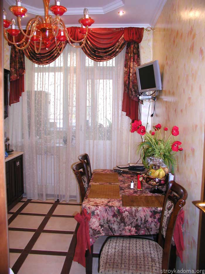 На просторной кухне уместны ламбрекены и сложные драпировки