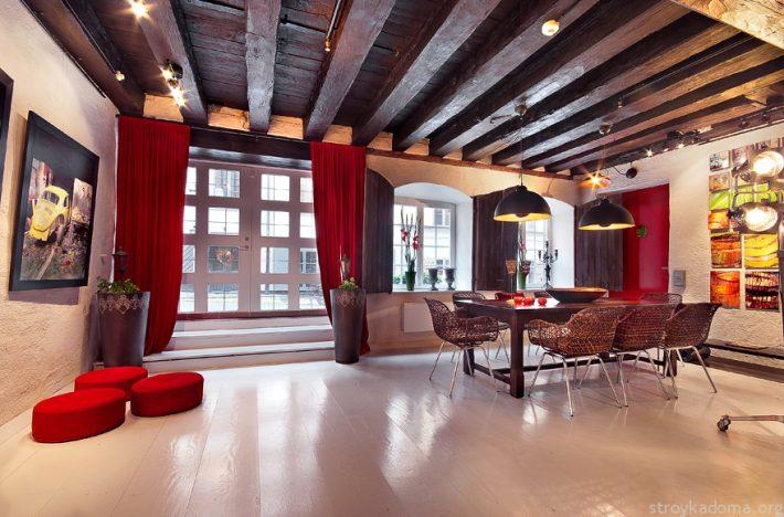 Деревянный потолок и красные акценты в стиле лофт