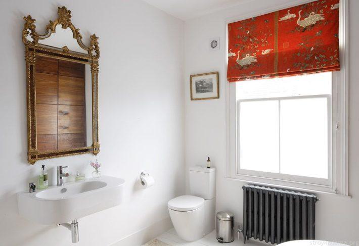 Красные ролеты в ванной