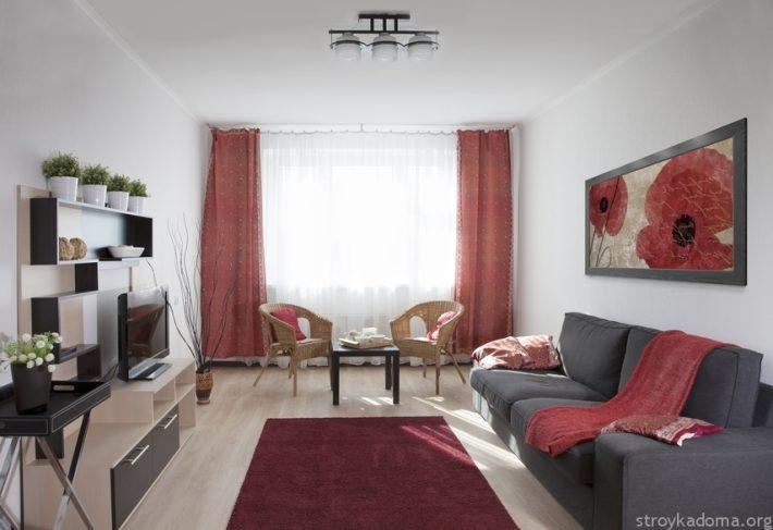Серый, белый и приглушенно-красный в гостиной
