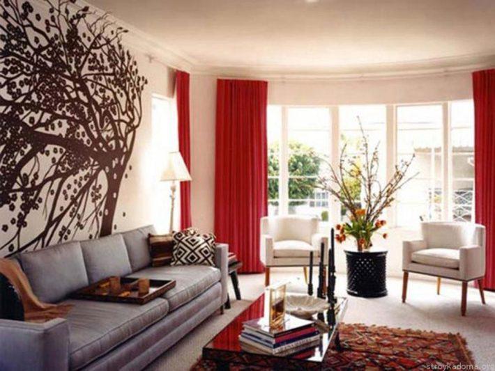 Современная гостиная с красными шторами