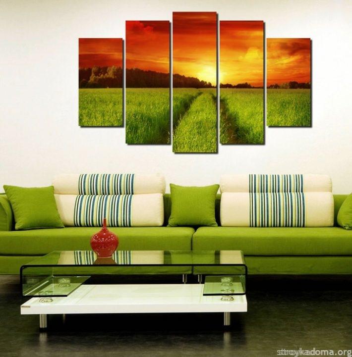Красочный пейзаж на стене создает особую атмосферу в гостиной