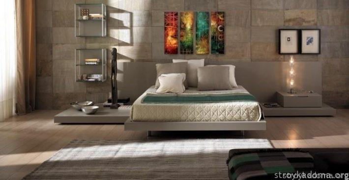 Модерновый постер в интерьере спальни почти классического средиземноморского стиля.
