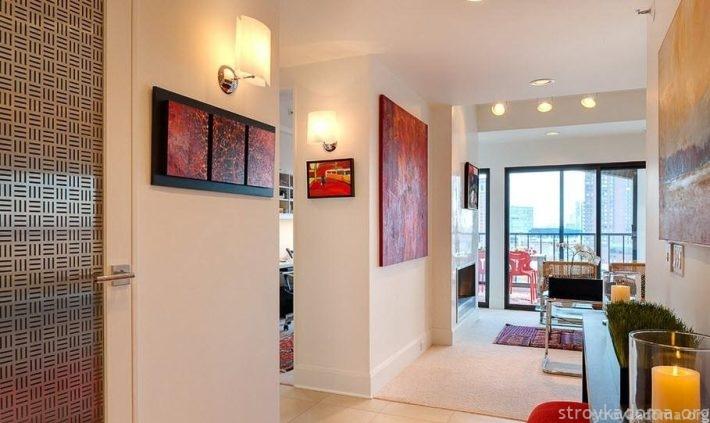 Коридор-галерея с картинами. Вблизи двери расположено модульное полотно-диптих; в глубине – моно-картины.