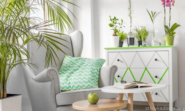 Немного растительной декорации, пара мазков цвета Greenery, и комната с комодом становится самой модной