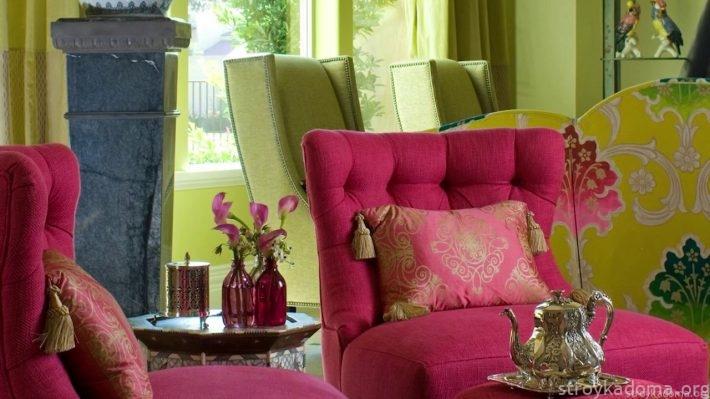 Яркое кресло, модного в прошлые годы розового цвета будет гармонично смотреться в интерьере зеленого оттенка Greenery
