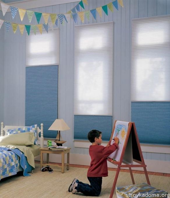 Шторы плиссе полностью уместны и в детской спальне, и в игровой комнате