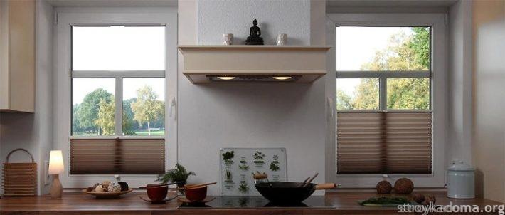 Кухонное решение. Рядом с плитой шторы, закрывающиеся снизу, чувствуют себя нормально