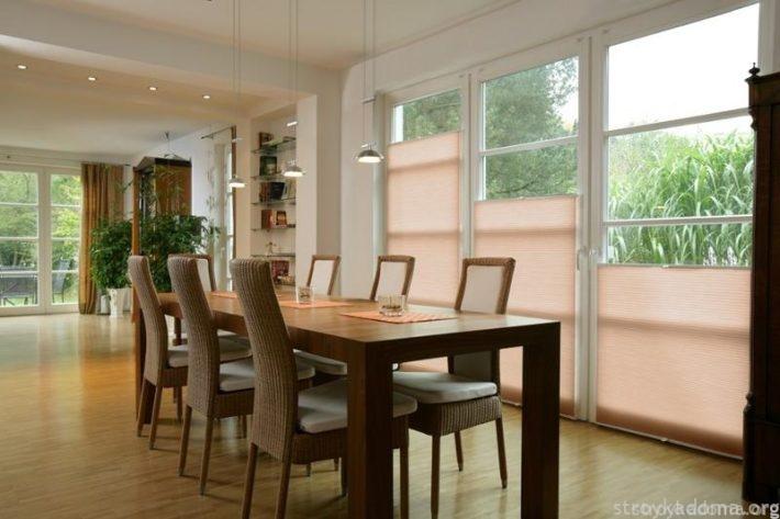 И еще один стильный вариант – плиссе в большой гостиной