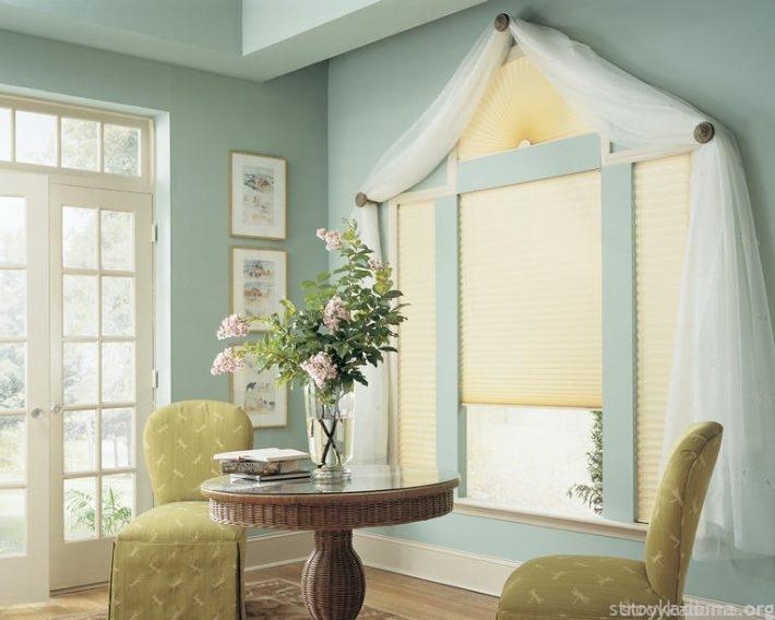 Здесь плиссе (на окне) может полностью забрать на себя функции тюли или создавать интерьерный стиль совместно с ней